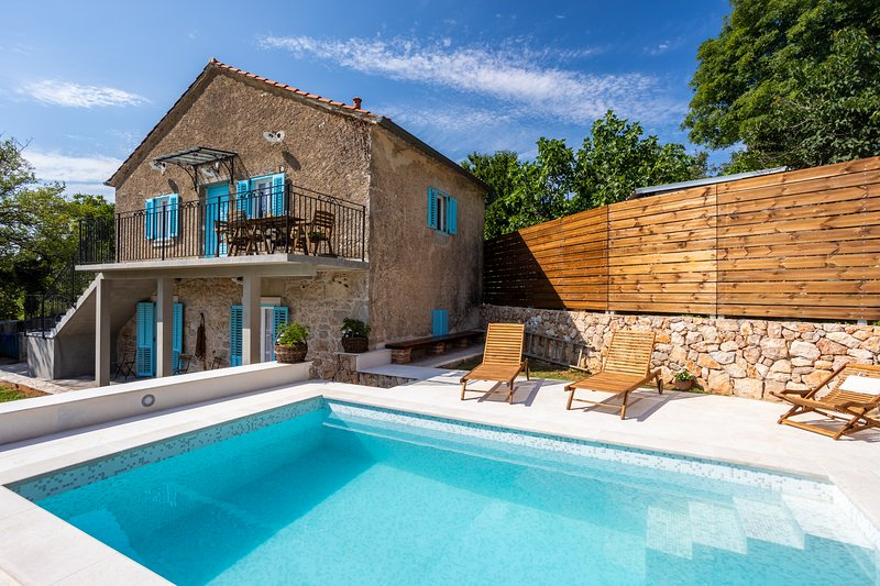 Stone House Katarina With Swimming Pool, Only 50 Meters From The Sea, aluguéis de temporada em Klimno