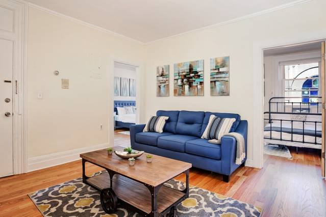 GORGEOUS 2BR/1BA in Trendy JC! Min to NY! Sleeps 8, aluguéis de temporada em Jersey City