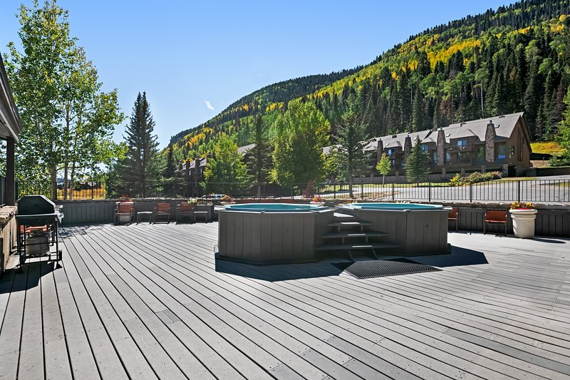 Beautiful condo w/cozy fireplace plus shared pool, hot tubs & gym, holiday rental in Purgatory