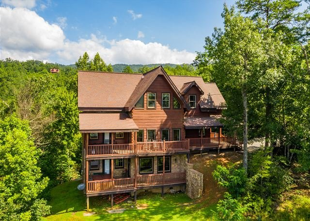 HUGE LOG CABIN with Smoky Mountain views, hot tub, pool table and bunk beds!, holiday rental in Gatlinburg