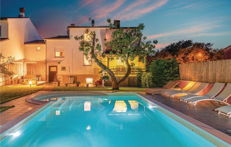 Beautiful home in Pula with WiFi and 5 Bedrooms (CIB327), alquiler vacacional en Vinkuran
