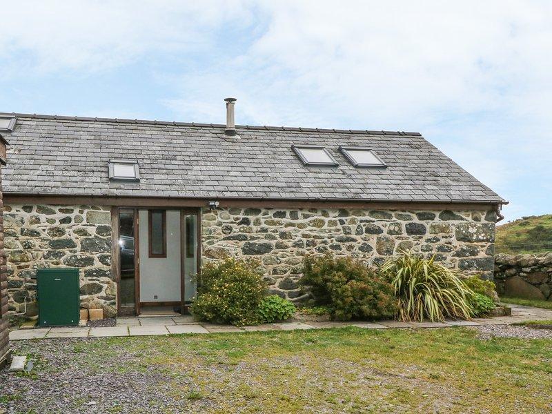 Y BEUDY, semi-detached barn, single-storey, WiFi, woodburner, beams, in, holiday rental in Criccieth