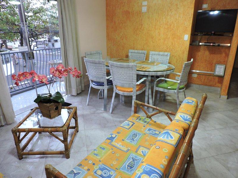 Apartamento 11 de 3 dormitórios para 8 pessoas a 2 quadras da Praia da Enseada, location de vacances à Guaruja