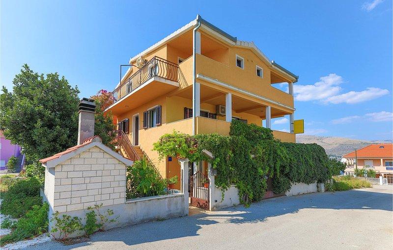 Awesome apartment in Okrug Donji with WiFi and 3 Bedrooms (CDC335), aluguéis de temporada em Okrug Donji
