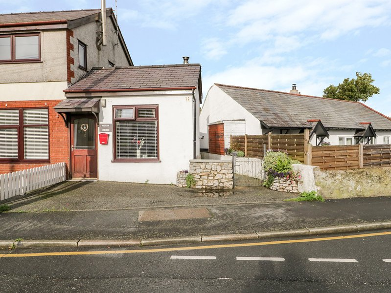 TILLY BA LOU, pets welcome, enclosed patio, woodburner, cosy cottage near, holiday rental in Moelfre