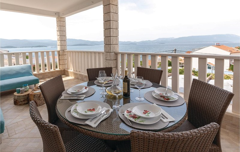 Beautiful home in Komarna with WiFi and 3 Bedrooms (CDR166), vacation rental in Komarna