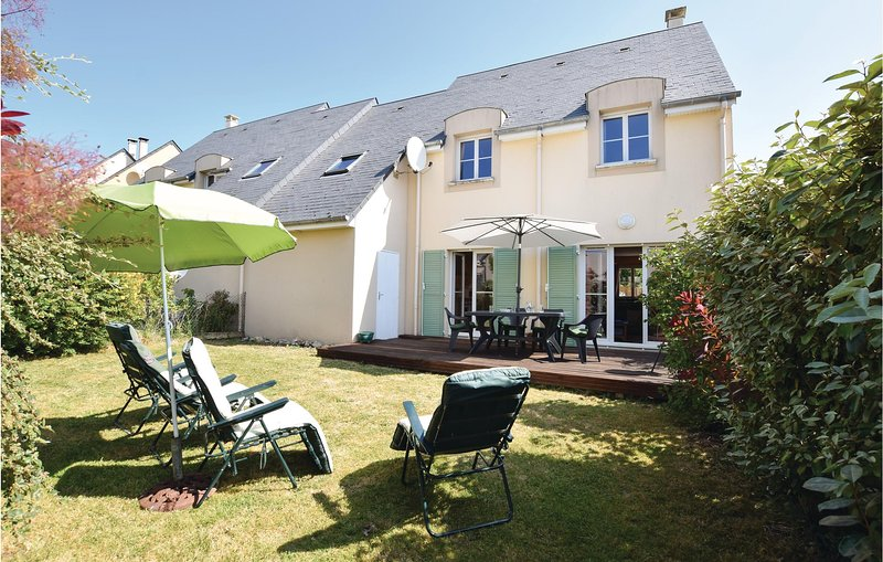 Beautiful home in Port-en-Bessin-Huppain with WiFi and 4 Bedrooms (FNC105), holiday rental in Colleville-sur-Mer