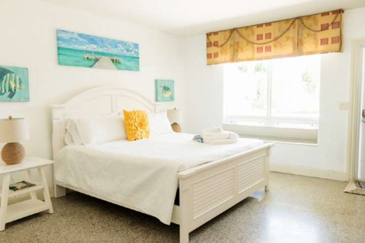 Harbourside  2 - King Studio, Garden View, Bright & Clean, 5-Min Walk to the Bea, location de vacances à Palm Beach Shores