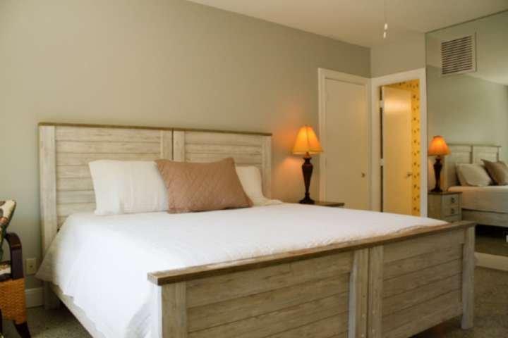 Studio Bedroom - King-Size Bed