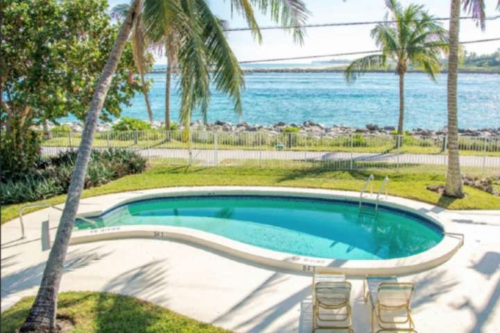 Portside 3 - Queen Studio, Steps to the Beach, Lovely Tropical Paths, Dog-Friend, location de vacances à Palm Beach Shores