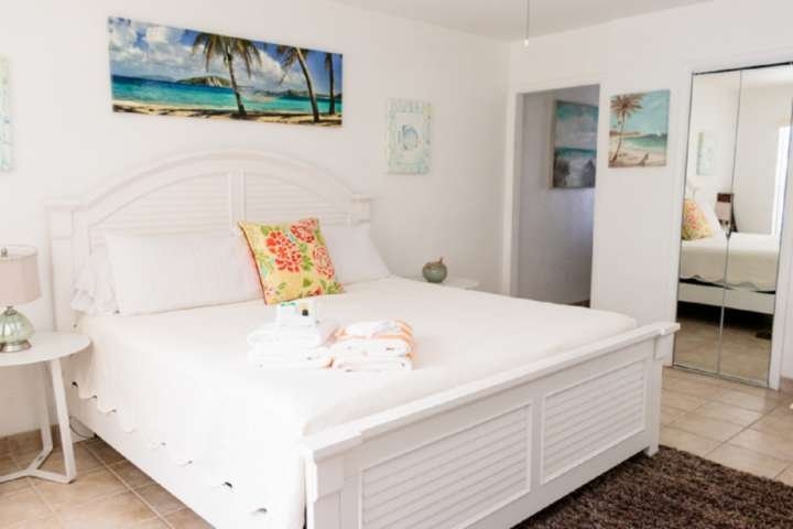 Southwind 2 - Old FL Tropical - King Studio Charm-Steps to Sandy Beach/Sea Turtl, holiday rental in Palm Beach Shores