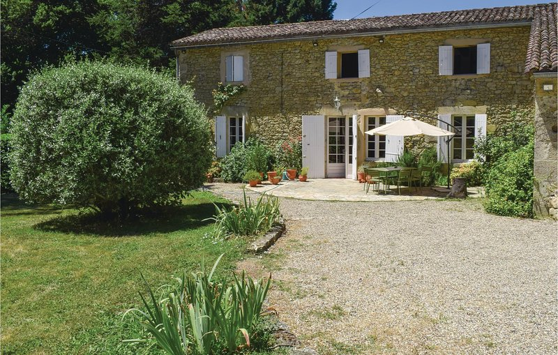 Stunning home in Monsegur with WiFi and 4 Bedrooms (FAG702), holiday rental in Sainte-Gemme