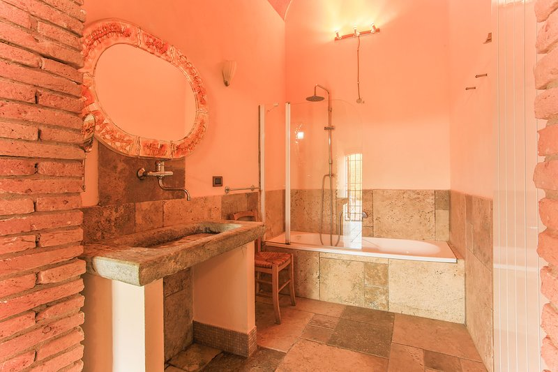 VILLA GRETA - BATHROOM WITH BATH
