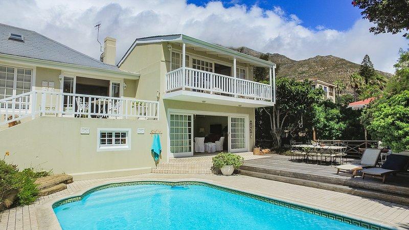 La piscina privata di acqua salata consente ore di divertimento, sole e pace beata.