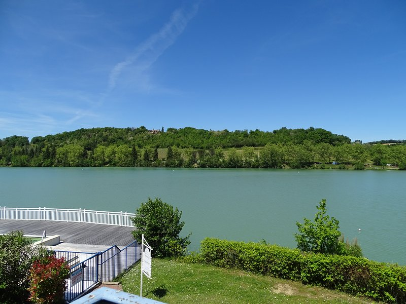 Appartement avec piscine - Vue sur le lac, holiday rental in Cazaux-Villecomtal