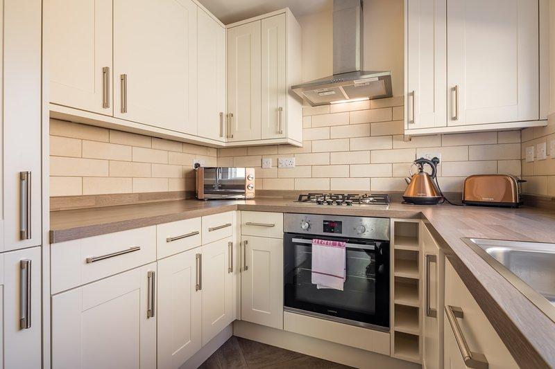 Volledig ingerichte keuken met alle inbouwapparatuur. Plus kleine apparaten, servies en bestek.