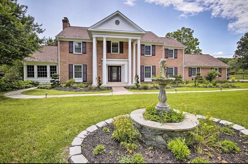 Stately Potomac Bliss Estate w/ Private Swimming Pool, location de vacances à Ashburn