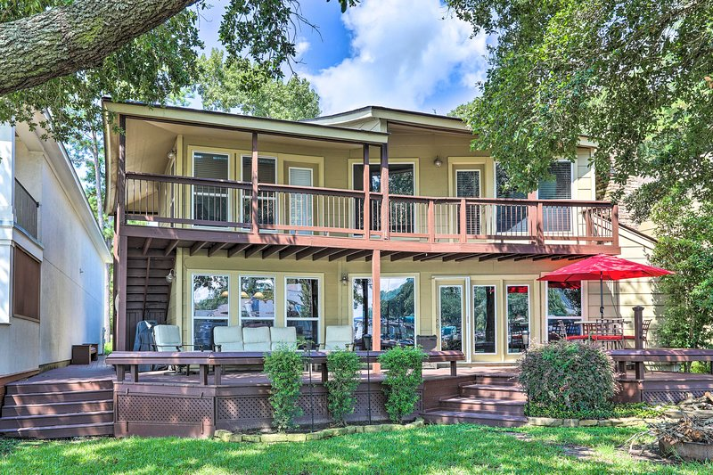 Lakefront Montgomery Home w/ Porch & Dock!, holiday rental in Pinehurst