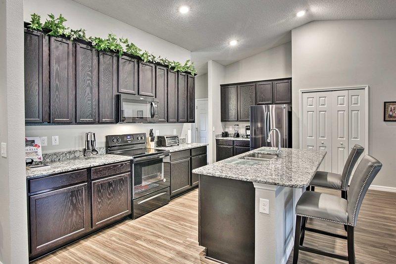 Você vai adorar a cozinha completa intocada com bancadas em granito.
