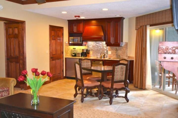 Bison Lodge 1 Bedroom - King Bed, Bañera de hidromasaje, chimenea, cocina, patio privado