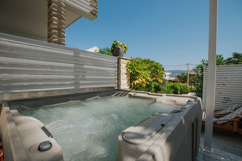 Deluxe penthouse with outsde Jacuzzi & big terrace for 6 pax 40 m from sea, holiday rental in Slatine