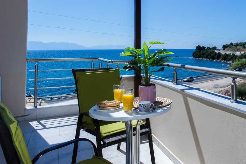 Villa by the beach with amazing sunset view, aluguéis de temporada em Kastania