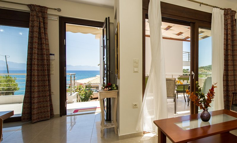 Villa next to the beach with panoramic view, aluguéis de temporada em Kastania