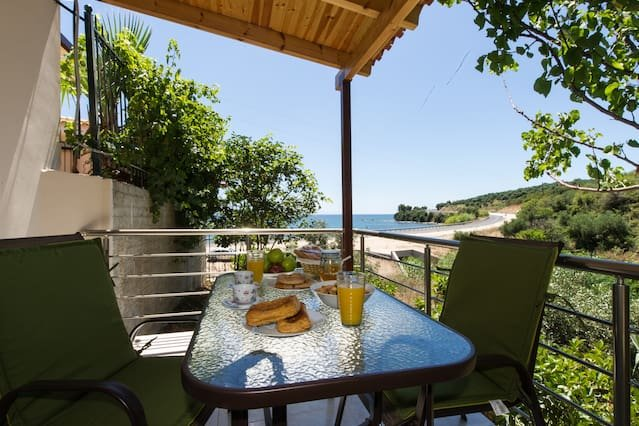 Vina's cozy flat, next to the beach, holiday rental in Kalamaki
