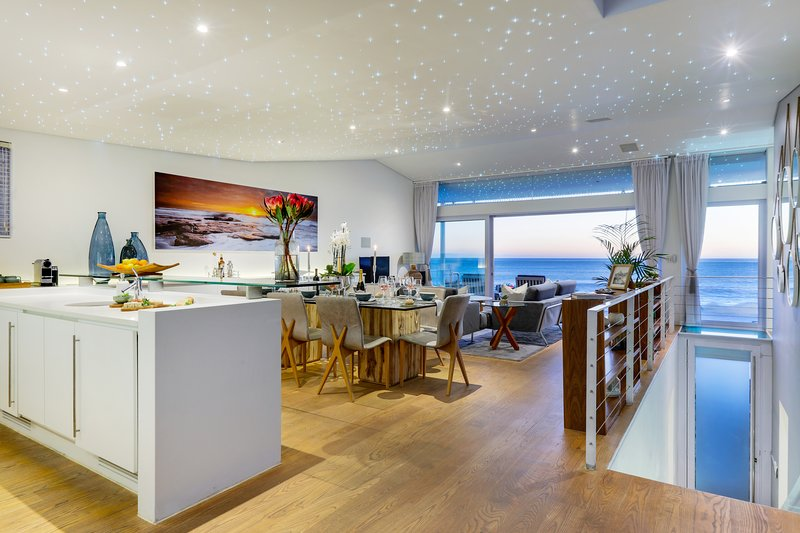 Exclusive Camps Bay villa on the edge of the ocean, holiday rental in Bakoven