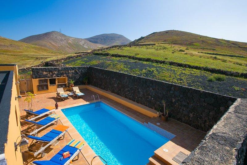 Tinajo Villa Sleeps 6 with Pool and WiFi - 5604888, holiday rental in Tinajo