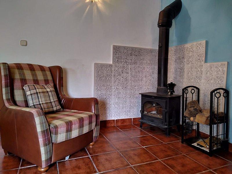 Coin salon avec poêle à bois