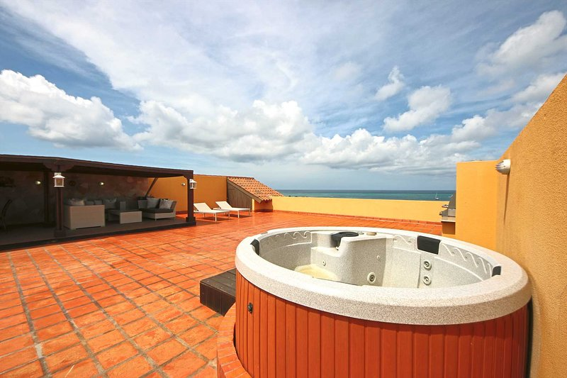 PROMO-BEACHFRONT- EAGLE BEACH - OCEANIA RESORT - Amber Penthouse 2BR condo - P51, holiday rental in Palm - Eagle Beach