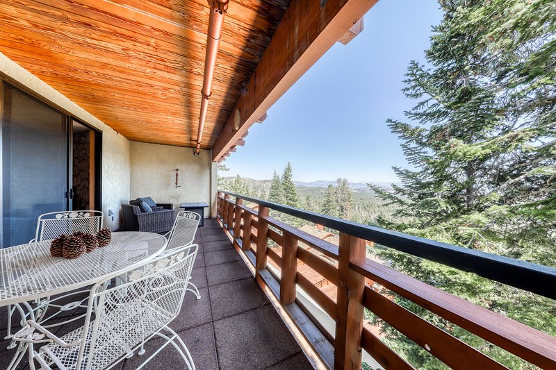 Ski-in/ski-out getaway w/ private deck, shared spa, & Crowley Lake views Chalet in Mammoth Lakes