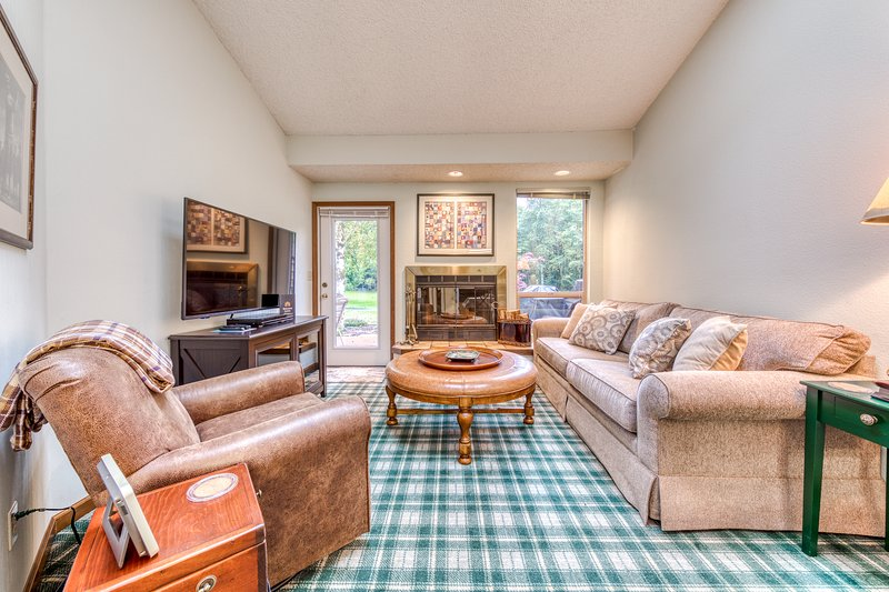 Golf course-adjacent condo w/ shared hot tub/pool/gym - near skiing, vacation rental in Welches