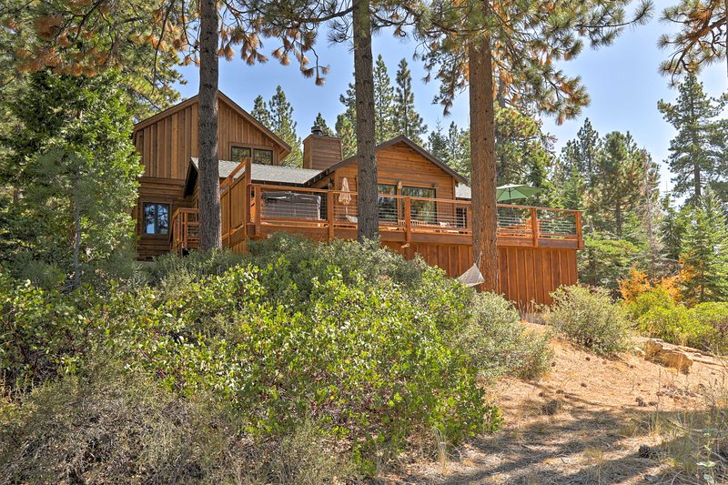 'Old Tahoe' Brockway Lodge w/Hot Tub & Lake Views!, alquiler de vacaciones en Brockway