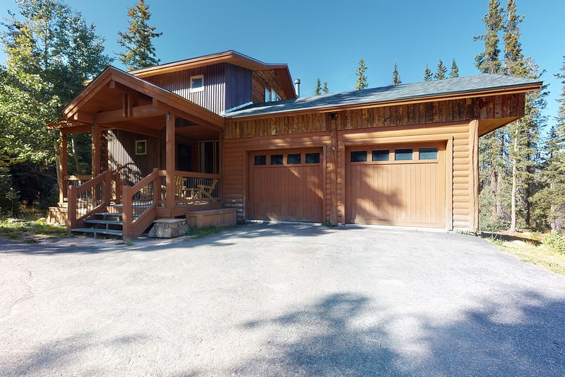 Stunning mountain cabin w/ new hot tub, cozy fireplace & outdoor firepit, holiday rental in Alma
