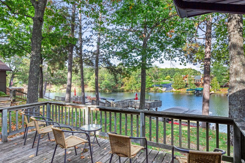 Lakefront, dog-friendly villa w/ shared tennis court, private deck & fireplace!, holiday rental in Eagle River