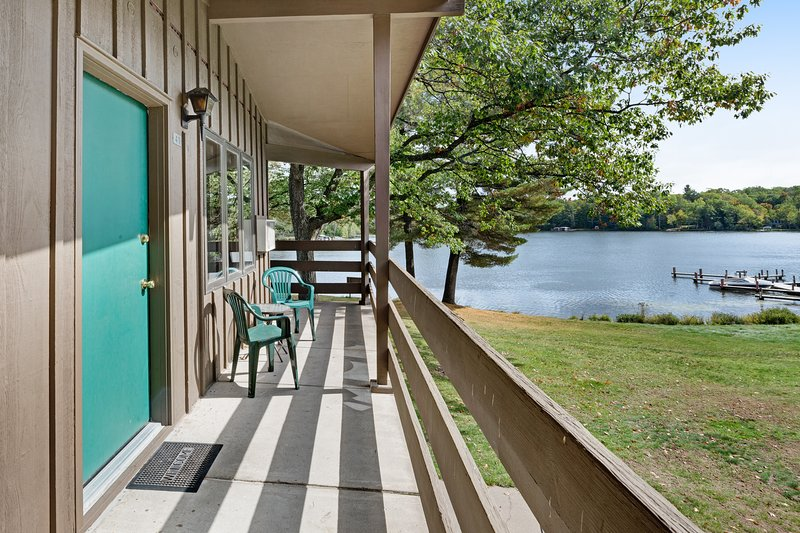 Lake view room in historic resort w/ access to dock, tennis & beach - dogs OK!, holiday rental in Eagle River