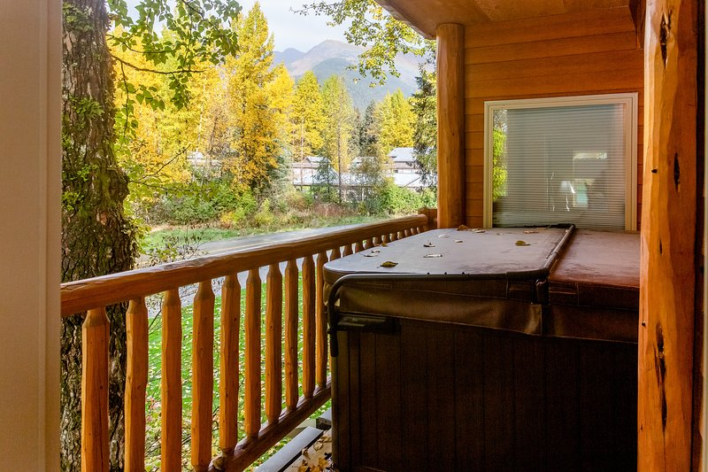 Condo w/ private hot tub, gas fireplace, & mountain views!, holiday rental in Anchorage