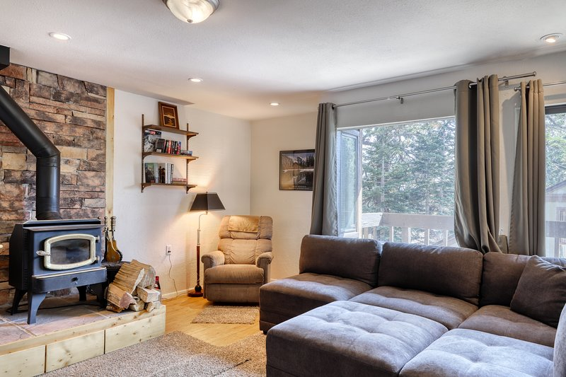 Cozy condo, close to skiing w/ a fireplace plus shared pool & fitness room Chalet in Mammoth Lakes
