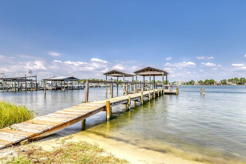 Spacious, dog-friendly house w/ lovely bay views & shared pier!, location de vacances à Orange Beach