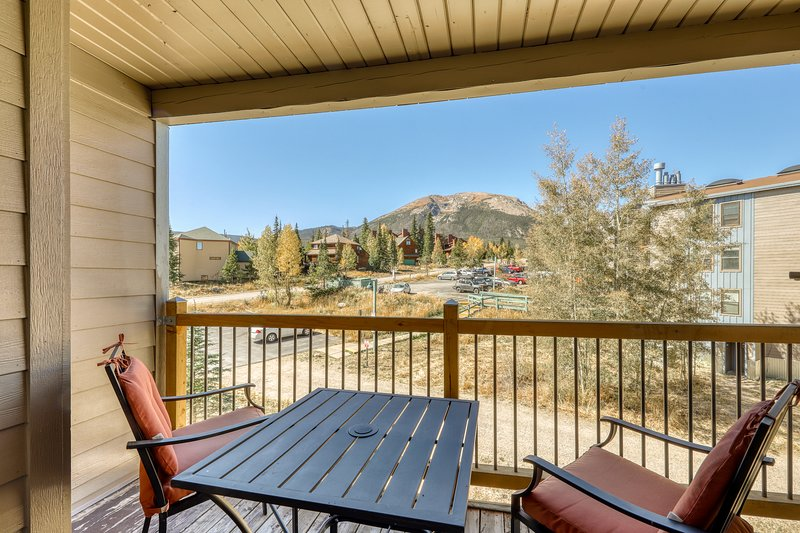 Lofted mountain condo w/ great view & shared hot tub/pool/gym/game room/sauna!, location de vacances à Silverthorne