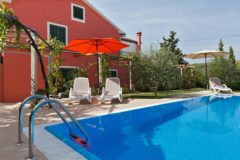 Villa for 6 people, direct on beach, private pool, garden, large terrace, holiday rental in Ugljan Island
