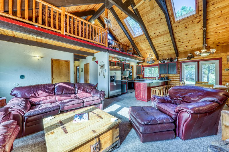 Beautiful, dog-friendly cabin w/ a private hot tub on almost two wooded acres, vacation rental in Tamarack