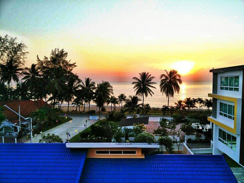Studio neuf face à une plage de sable blanc, piscine, fitness et securité 24h, vacation rental in Prachuap Khiri Khan