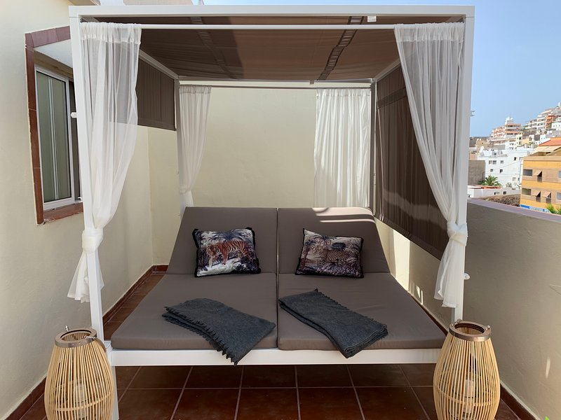 Spacious apt near the beach & Wifi, holiday rental in Los Cristianos