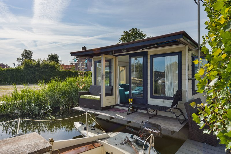 Woonark Westeinder with kayaks close to Schiphol Airport, holiday rental in Noorden