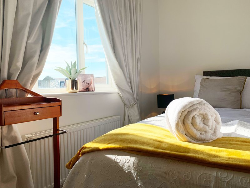 Cosy Riverside Cathedral View Executive Apartment, vacation rental in Canterbury