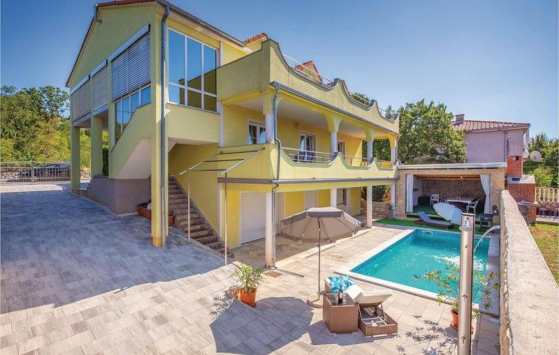 Nice home in Smrika with WiFi and 1 Bedrooms (CKA110), aluguéis de temporada em Smrika