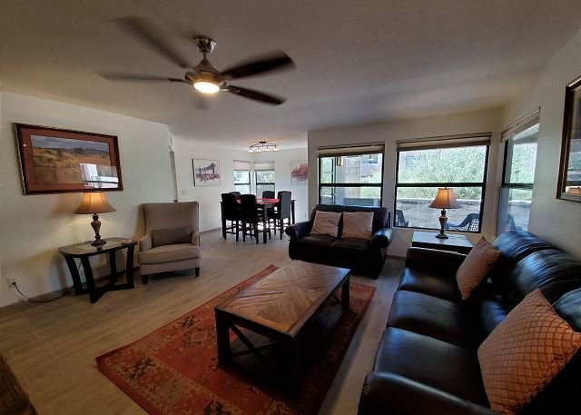 Highly desired Eastside 1st floor - expanded patio and great Mountain Views!, holiday rental in Tucson